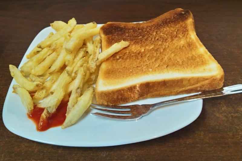 無料モーニングのパンとポテト